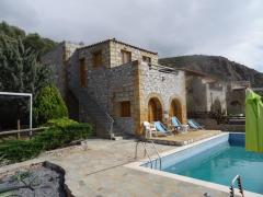 Дом с бассейном на побережье в Греции